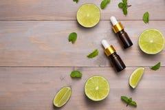 家庭温泉的自然化妆用品 瓶与新鲜的精华油 库存图片