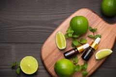 家庭温泉的自然化妆用品 瓶与新鲜的精华油 免版税库存照片