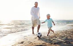 家庭演奏橄榄球统一性概念的父亲儿子 免版税库存照片