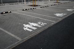 家庭热忱的标志-在金黄小时日落期间的空的停车场在一个普遍的典型的购物中心 库存照片