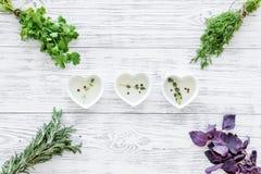 家庭烹饪与新鲜的绿叶和有机油在轻的木桌背景顶视图 库存照片