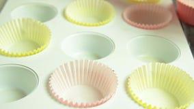 家庭烹饪杯形蛋糕的妇女手 影视素材