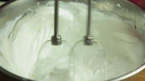 家庭烹饪杯形蛋糕的妇女手 股票录像