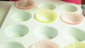 家庭烹饪杯形蛋糕的妇女手 股票视频