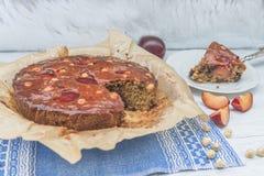家庭焙制的李子和榛子蛋糕 免版税图库摄影