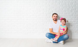 家庭父亲一个空白的白色砖墙的儿童女儿 库存照片