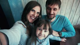 家庭父亲,母亲,女儿,解除他们在录影在咖啡馆,微笑,Emozionare的自已 股票录像