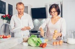 家庭片刻概念图象-结婚一起准备膳食 库存图片
