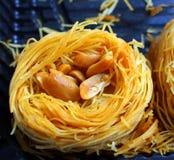 家庭甜用在一个水平的版本的胡说和新鲜的蜂蜜 免版税图库摄影