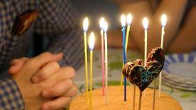家庭生活生日蛋糕和蜡烛的一张简单的图片 免版税库存图片