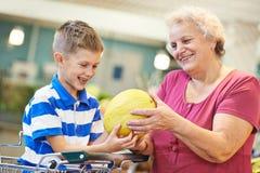 家庭用儿童购物果子 免版税图库摄影