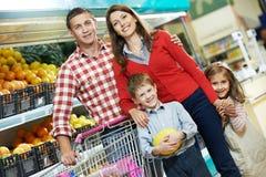 家庭用儿童购物的果子 免版税库存图片