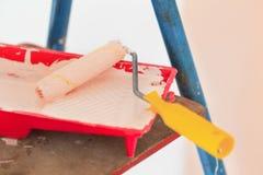 家庭由路辗的墙壁改善米黄绘画 免版税库存照片