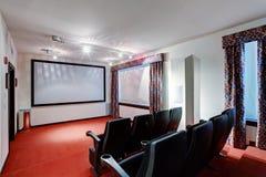 家庭电视电影院娱乐室内部 免版税库存图片
