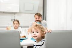 家庭画象在现代厨房里 免版税库存照片