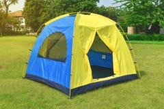 家庭的圆顶野营的帐篷在孤立绿色领域 库存照片