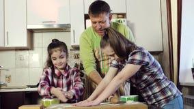 家庭的父亲给他的女儿,他们中的一个与唐氏综合症,面团片断  股票视频