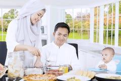 家庭的年轻女性准备的食物 免版税图库摄影