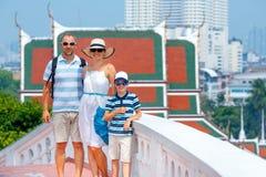 家庭站立在金黄山台阶的, Wat Saket寺庙的一座古老塔在曼谷,泰国 免版税库存图片