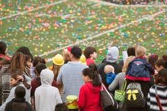 家庭等候巨型的公共复活节彩蛋狩猎开始  库存照片