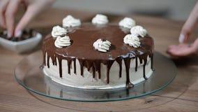 家庭糖果店 烹调与奶油的妇女一个蛋糕 影视素材