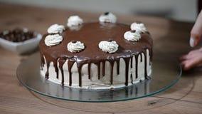 家庭糖果店 烹调与奶油的妇女一个蛋糕 股票视频
