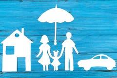 家庭纸剪影在伞下 库存照片