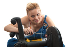 家庭维修服务- screwdriving椅子的维修服务 免版税库存照片