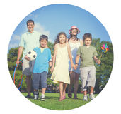 家庭育儿走的公园庭院快乐的概念 图库摄影