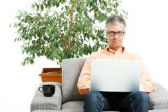 家庭膝上型计算机人使用 库存图片
