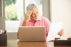 家庭膝上型计算机人前辈使用 免版税图库摄影