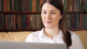 家庭膝上型计算机妇女 使用计算机谈话通过信使app 在问候的微笑的挥动的手 股票视频