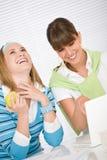 家庭膝上型计算机学员二妇女年轻人 免版税库存照片