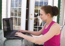 家庭膝上型计算机少年使用 免版税库存照片