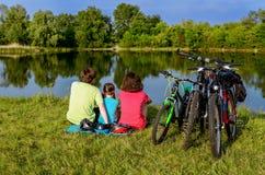 家庭自行车乘驾户外,活跃父母和孩子循环 免版税图库摄影