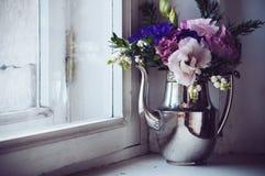 家庭花卉装饰 免版税库存照片