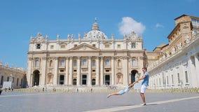 家庭获得乐趣在圣皮特圣徒・彼得` s大教堂教会在梵蒂冈,罗马 愉快的旅行父亲和小女孩欧洲人的 股票录像