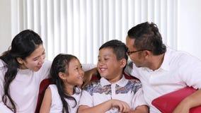 家庭获得乐趣在客厅 影视素材