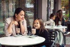 家庭获得乐趣在室外咖啡馆 图库摄影