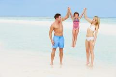 家庭获得乐趣在海滩假日的海 免版税库存图片