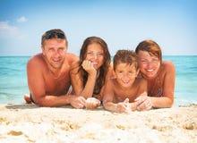 家庭获得乐趣在海滩 库存照片