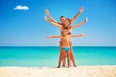 家庭获得乐趣在海滩 免版税库存照片