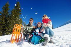 家庭获得在新鲜的雪的乐趣在冬天 免版税图库摄影