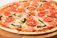 家庭薄饼、无盐干酪、火腿、蕃茄、荷兰芹和蘑菇 免版税库存图片