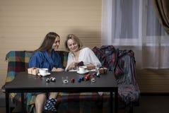 家庭衣裳的妇女喝茶 免版税库存照片