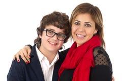 家庭被射击母亲和儿子拥抱 免版税图库摄影