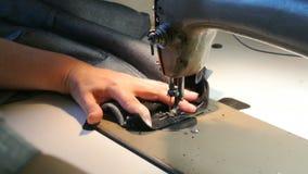 家庭裁缝缝合 女性手缝合牛仔裤 一台缝纫机工作 影视素材