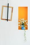 家庭装饰、木制框架和花瓶在墙壁上 免版税库存图片