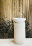 家庭装饰室外陶瓷水池和龙头想法在bamb 库存图片
