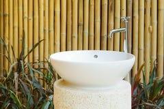 家庭装饰室外陶瓷水池和龙头想法在bamb 图库摄影